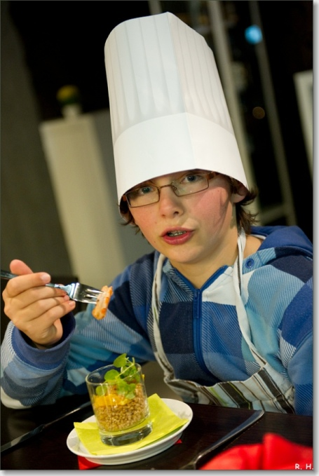 jongen eet van de couscoussalade